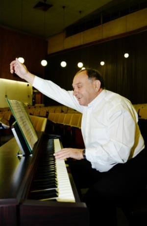 Choirmaster Avi Kanar